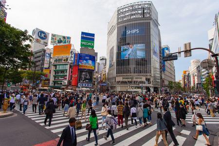 Pedoni a Shibuya attraversando il famoso corsa strisce pedonali conosciuta anche come Shibuya corsa è utilizzato da oltre 2,5 milioni di persone su base quotidiana Archivio Fotografico - 40797889