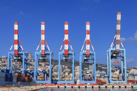 standby: Port with five cranes on standby