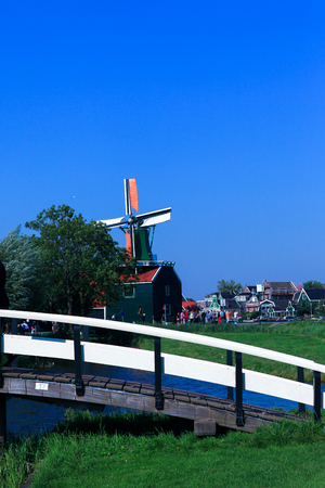 zaanse: Klassieke Nederlandse windmolen in Zaanse Schans Redactioneel