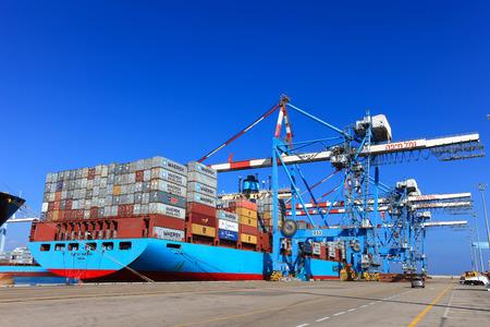 Internationale Mega Containerschiff Entladen von Containern auf Service-Trucks Standard-Bild - 46708111