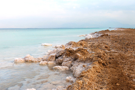 sal: Dead sea - Typical accumulation of salt and minerals Foto de archivo
