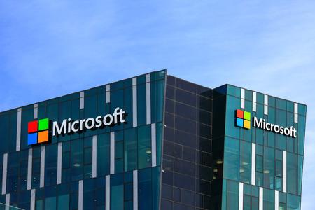 Logo di Microsoft e l'emblema. Microsoft è una società internazionale che sviluppa, supporta e vende software e servizi informatici in tutto il mondo. Archivio Fotografico - 53736800