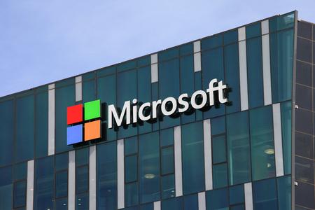 Logo di Microsoft e l'emblema. Microsoft è una società internazionale che sviluppa, supporta e vende software e servizi informatici in tutto il mondo. Archivio Fotografico - 52229613