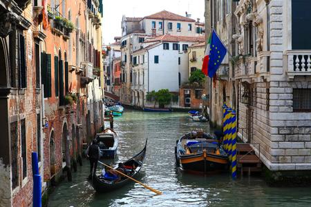 rialto: Traditional Gondolas at Venice Rialto grand canal