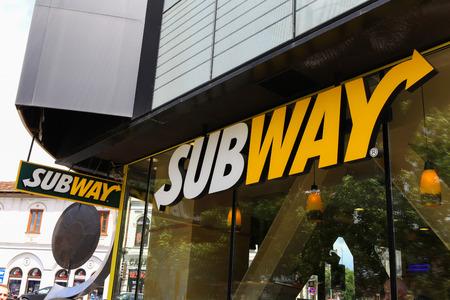 Logo della metropolitana. Subway è un franchising di fast food americano che vende principalmente panini sottomarini (sottotitoli) e insalate Archivio Fotografico - 56848415
