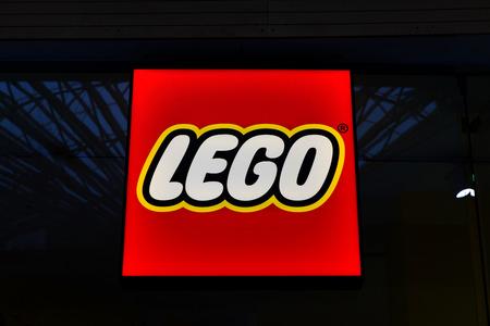 Lego neonreclame. Lego is een lijn van plastic constructie speelgoed die zijn vervaardigd door de LEGO Groep, een besloten vennootschap, gevestigd in Billund, Denemarken. Stockfoto - 56848469