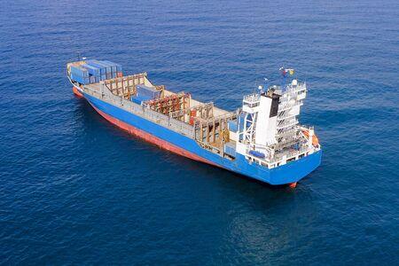 Großes Containerschiff auf See, Luftbild.