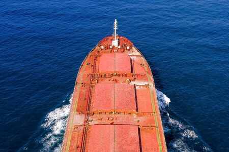 Grand navire vraquier en mer, image aérienne. Banque d'images