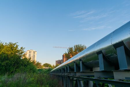 Stainless steel heating pipe that runs through the ravine. Stockfoto