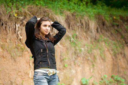 stay beautiful: hermosa ni�a de cabello haciendo y de su permanencia contra el acantilado
