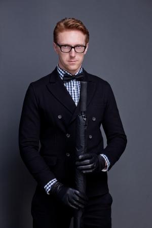 caballeros: hombre elegante lleva un arco y con paraguas Foto de archivo