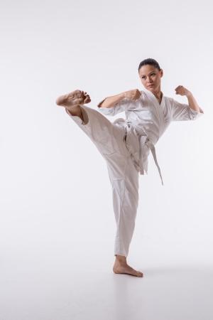 Mujer hermosa en espect�culo mariscal saque el pie del arte del kimono en blanco photo