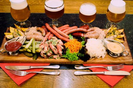 carnes y verduras: Set con las salchichas, la carne y la cerveza
