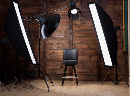 木製の背景を持つ photostudio に照明を設置