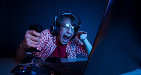 Ő volt a bosszú a videojátékok. Érzelmi gyerek játék számítógépes játékok. Stock fotó - 38169541