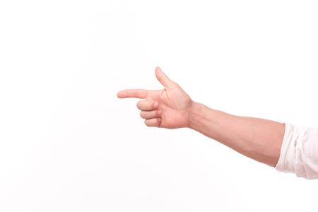 la mano y el brazo de hombre adulto aislado sobre fondo blanco. La mano del hombre señalando la pantalla virtual o una persona.