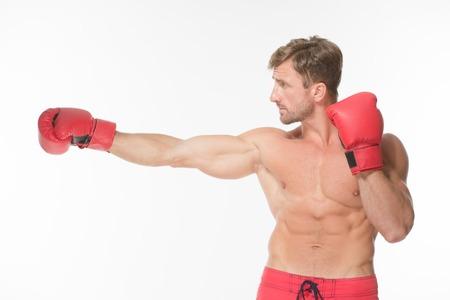 nackte brust: Portrait der Sportmann Verpacken in den roten Handschuhen auf wei�em Hintergrund isoliert. Kurzhaarige Mann mit nacktem Oberk�rper-Training.