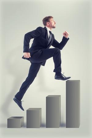 escaleras: El hombre de negocios soñando con alcanzar el éxito tan pronto como sea posible. El hombre está en ejecución y que no ve algún inconveniente en su camino.