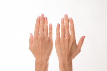 Les mains de deux femmes sont représentées sur fond blanc. Femme montrant ses mains pour montrer le soin délicat. Banque d'images - 45952053