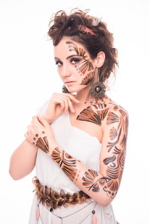 diosa griega: Se�ora hermosa con bodyart interesante que presenta en la imagen de la diosa griega. Seus dama con elegante maquillaje posando en estudio fotogr�fico.