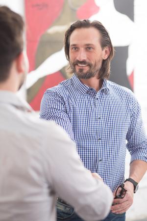 personas dialogando: gente de negocios feliz de haber apretón de manos que demuestra sociedad y de coworking en el cargo. Los empresarios que tienen la comunicación.