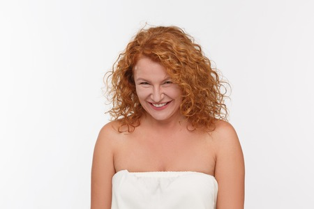 revenge: Hermosa mujer de pelo rojo que mira la c�mara en estudio.