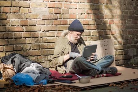 Monde moderne, même les sans-abri utilisant les technologies modernes. Banque d'images - 86327315