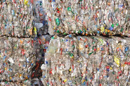 Gebruikte plastic flessen in een fabriek voor de verwerking van secundaire grondstoffen. Flessen in geëxtrudeerde vorm. Close-up schieten. Redactioneel