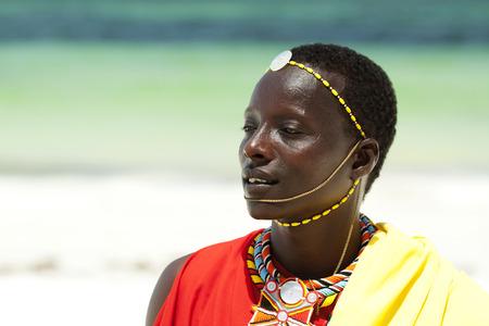 tribu: Retrato de hombre joven Massai posando en la playa; retrato con enfoque estrecho