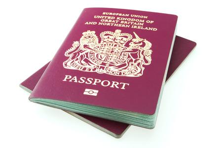passeport: Passeport britannique. Passeport britannique isol� sur fond blanc