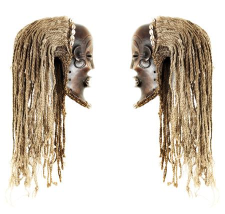 maschera tribale: Old antique maschera tribale africana conosciuta come Chokwe � po 'paura come haloween, oggetto isolato su sfondo bianco Archivio Fotografico