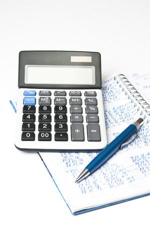 carta e penna: Documento finanziario, penna e calcolatrice