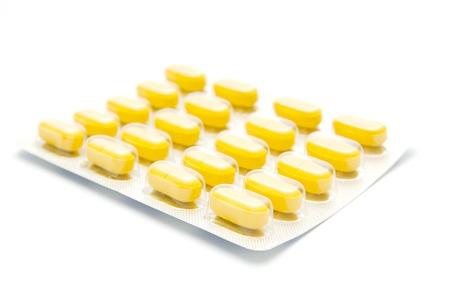 pilule: P�ldoras amarillas aisladas en blanco