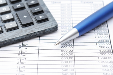 carta e penna: Carta finanziaria, penna e calcolatrice