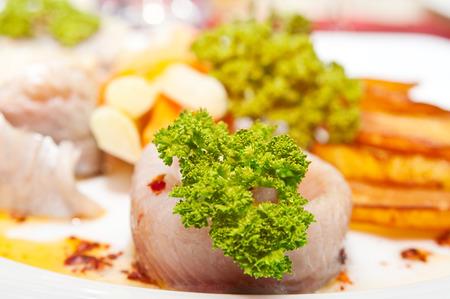 filete de pescado: Filete de pescado y ensalada de cerca Foto de archivo