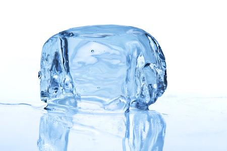 Schmelzendes Eis-Block auf weißem Hintergrund Lizenzfreie Bilder