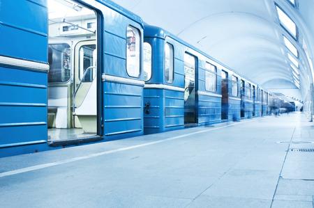 Blauer Zug auf U-Bahn-Station Standard-Bild - 28737663
