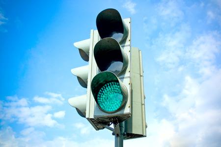 se�al de transito: Trafficlight en fondo del cielo