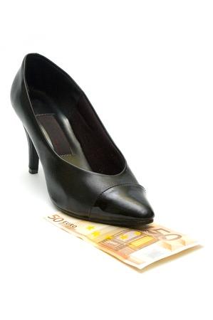 mujeres negras: Las mujeres negras extremo del zapato de billetes en euros Foto de archivo