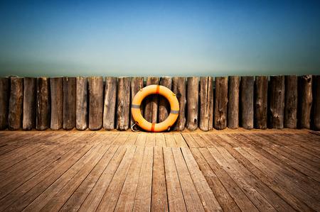 Rettungsring auf Holzwand Standard-Bild - 30402184