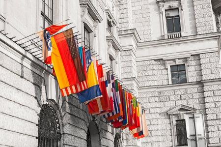 hofburg: Drapeaux internationaux � la Hofburg � Vienne, Autriche