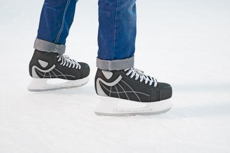 piernas hombre: Las piernas del hombre en patines de hielo zapatos