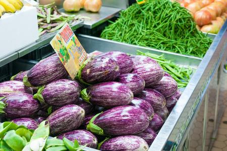 central market: Berenjenas maduras en parada en el Mercado Central de Valencia