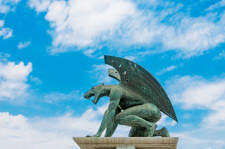 gargouille: Sculpture de gargouille sur fond de ciel bleu Banque d'images