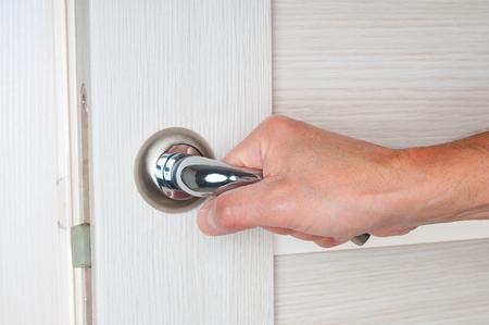 como abrir una puerta