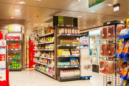 BARCELONA, SPAIN - JANUARY 02, 2018: Food stalls in supermarket El Corte Ingles 新聞圖片