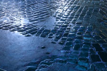 Pavimento de piedra mojada después de la lluvia Foto de archivo