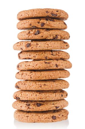 Pila de galletas de avena de cerca aisladas sobre fondo blanco.