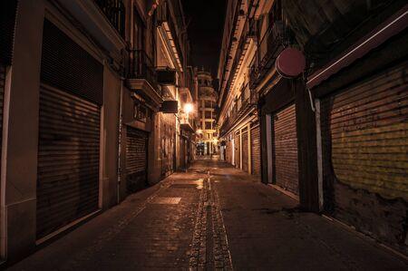 Calle estrecha por la noche en el casco antiguo.