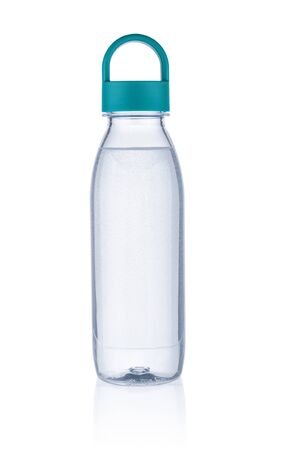 Agua pura en botella de plástico sobre fondo blanco.